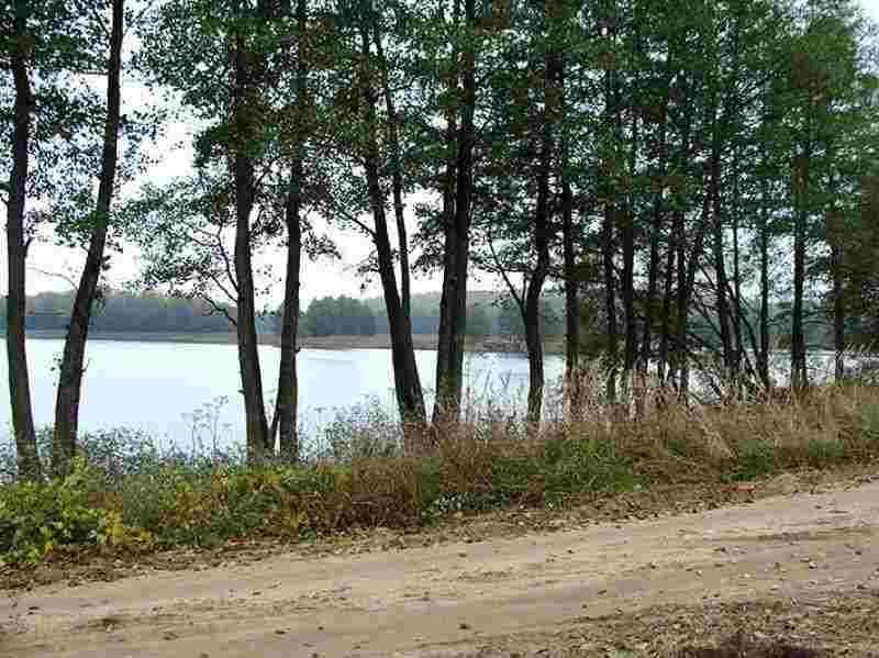 Участок с фундаментом на берегу озера. Фото