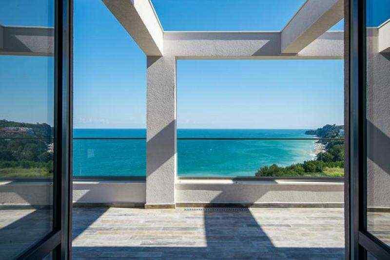 Новые квартиры на первой линии моря.. Фото