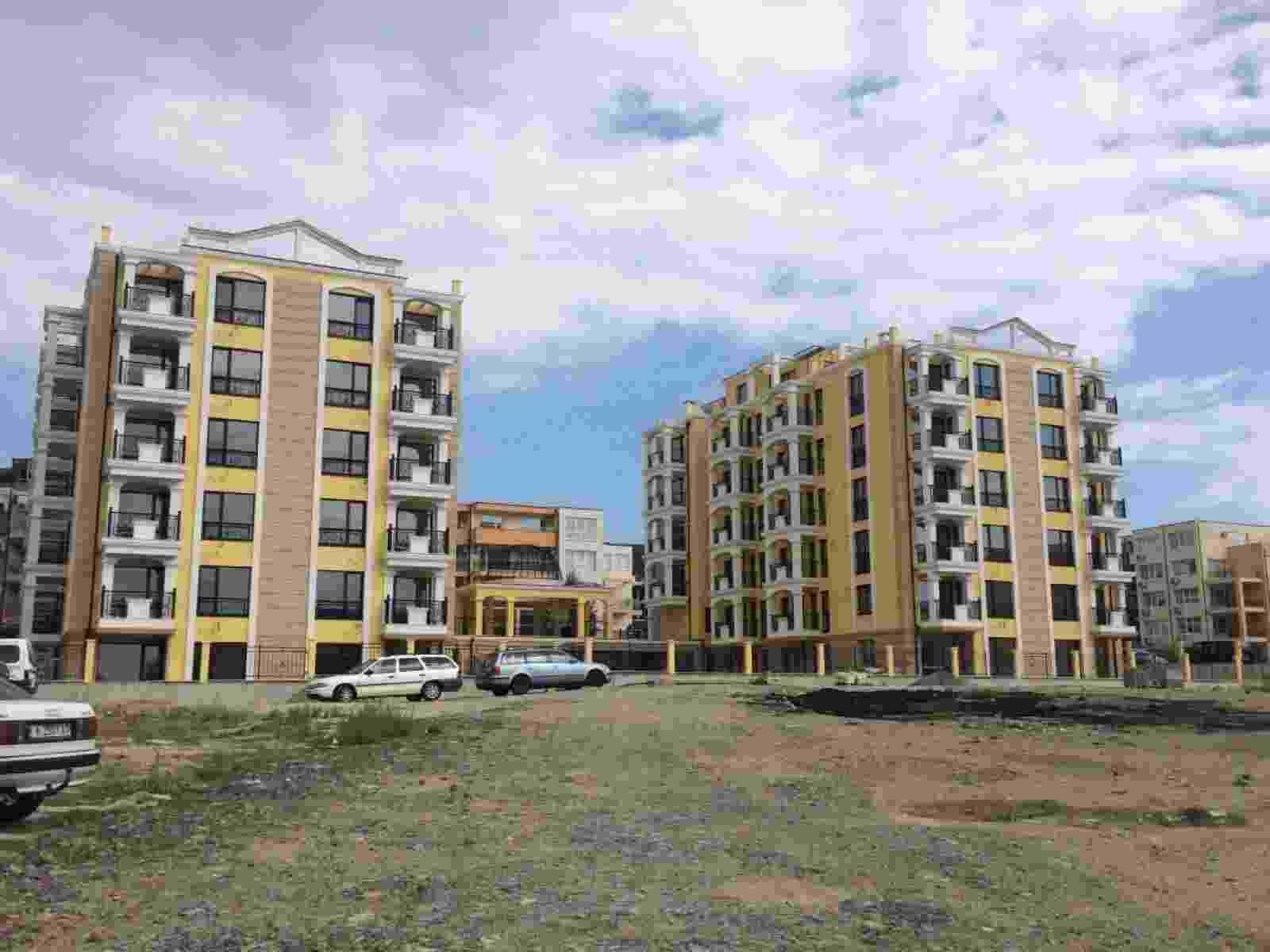 Строящийся жилой комплекс в 300 метрах от моря и 800 метрах от центра города.
