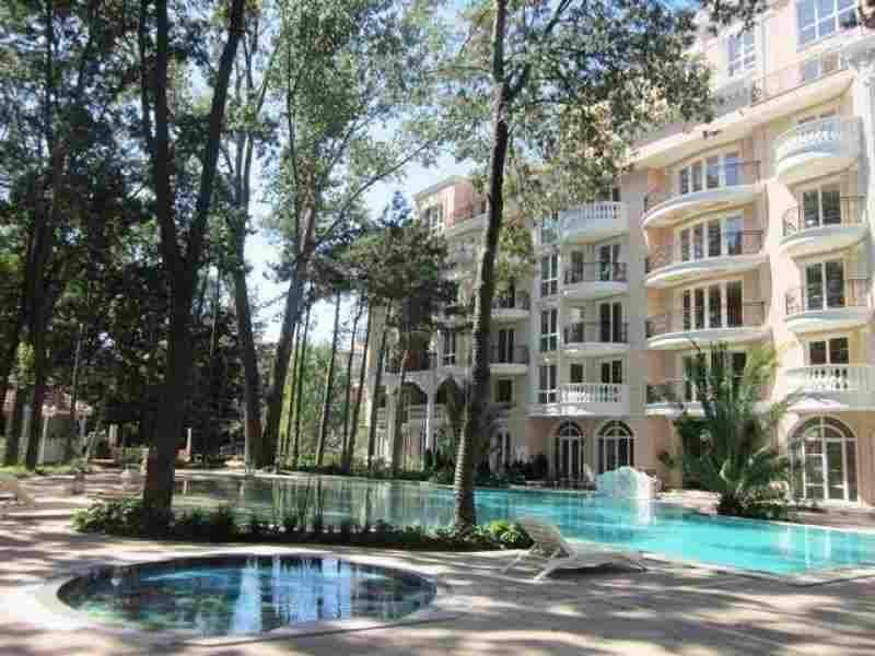 Жилой комплекс расположен в в центральный части курорта.. Фото