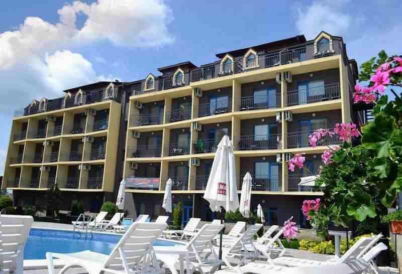 Строящийся жилой комплекс расположен в спокойной район в близости к центру курорта.. Фото