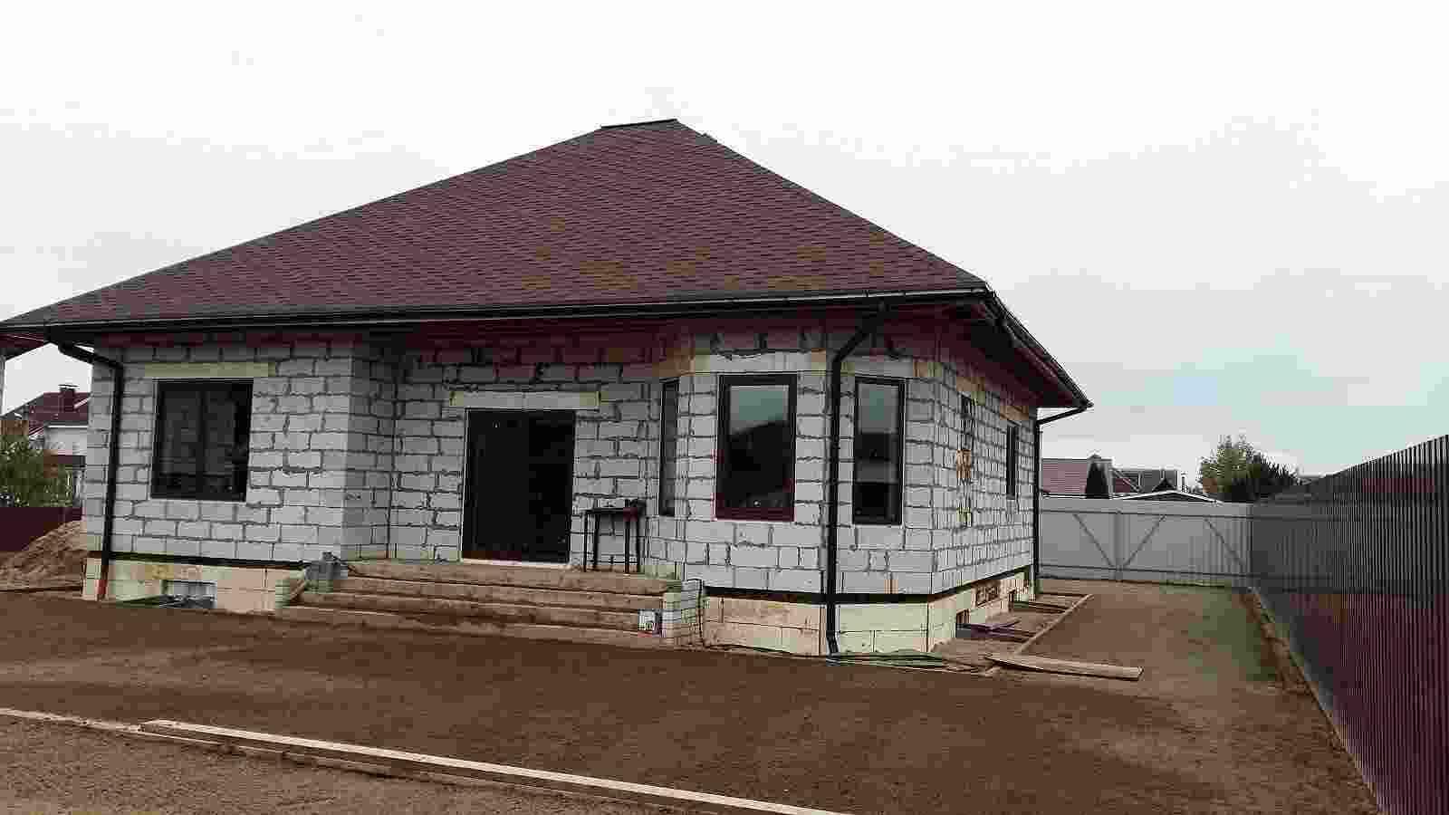 Недостроенный коттедж,10 соток земли, гараж, баня,летняя кухня. Фото
