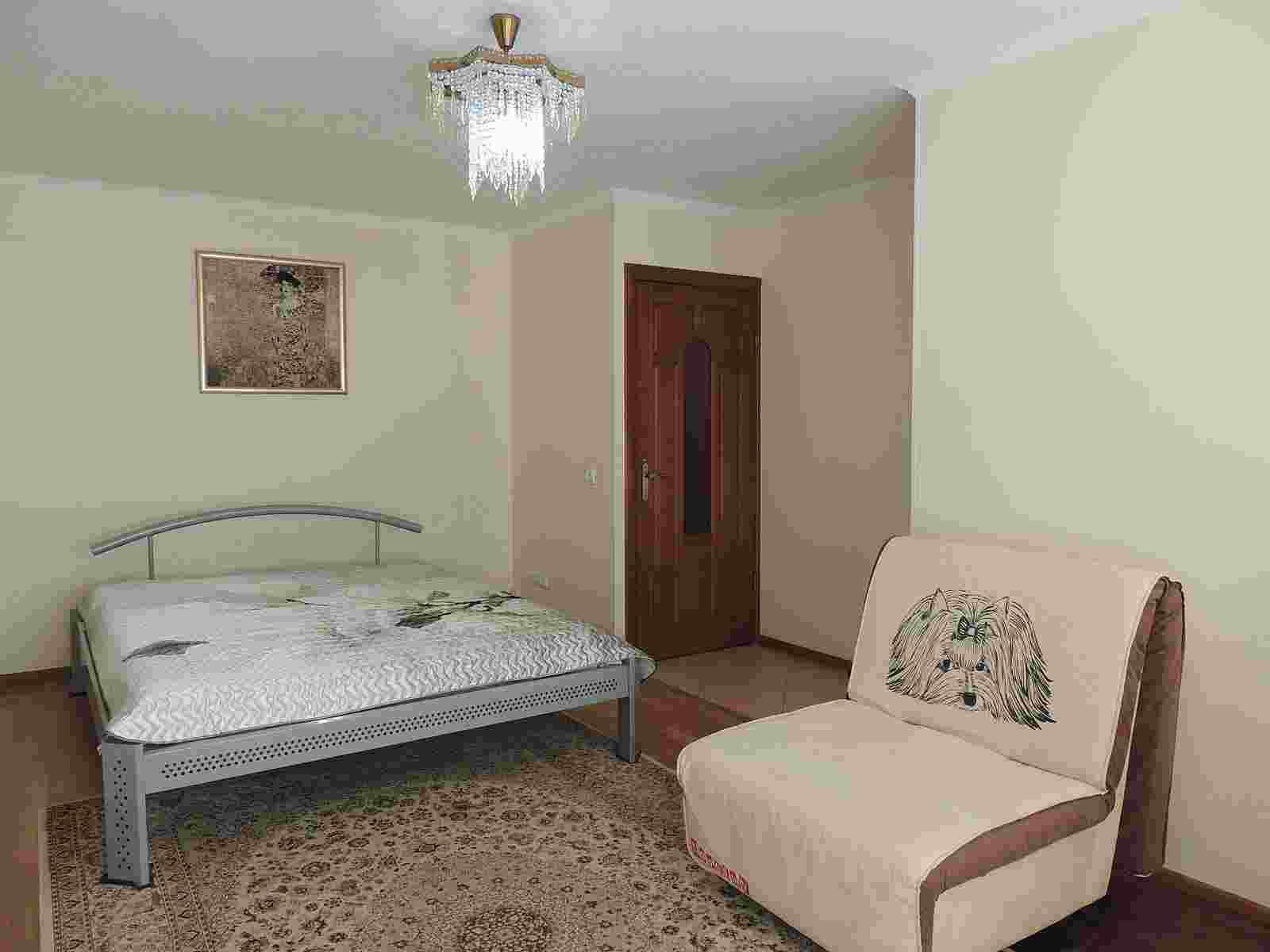 1- комнатная квартира на сутки, часы в центре на бульваре Космонавтов 64. Фото